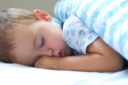 У ребенка во сне сильно потеет голова почему