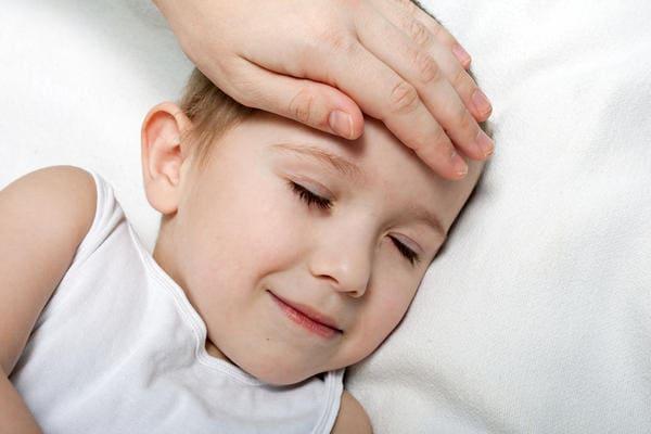 ребёнка тошнит и рвёт температуры нет что делать