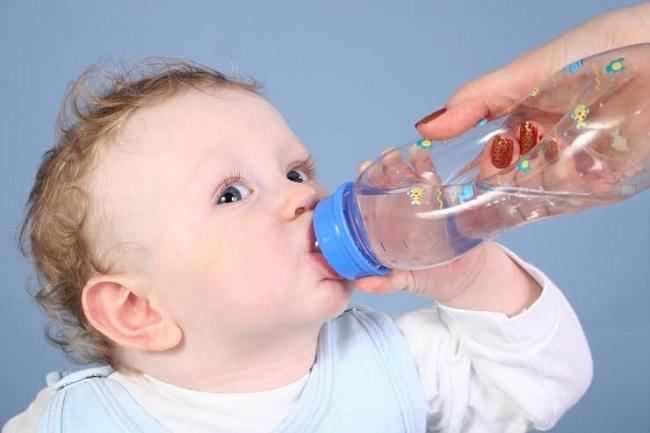 Ребенок плачет и хромает после АКДС