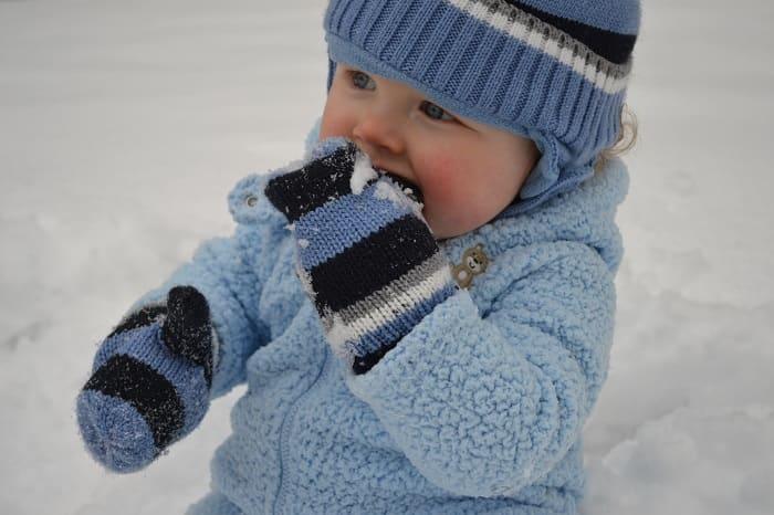 Как отучить ребенка есть снег