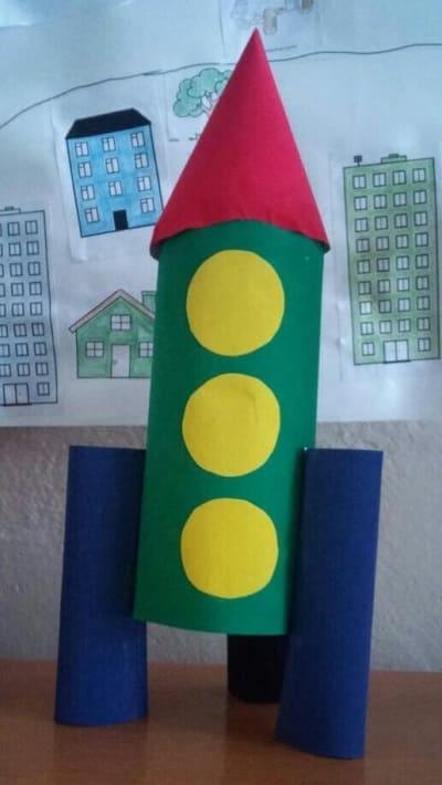 Ракета из цветного картона и бросовых материалов
