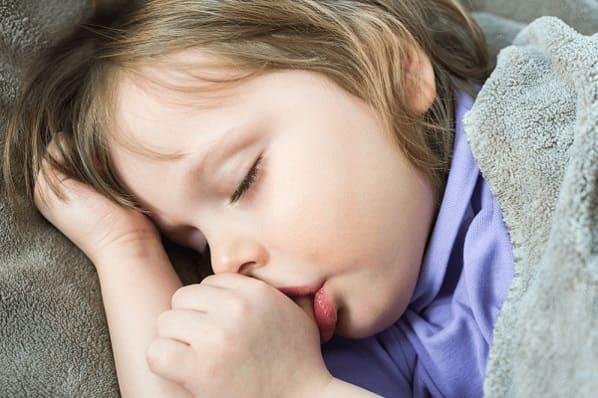 Как отучить ребенка сосать палец: интересные факты и мягкое решение проблемы