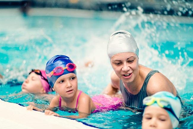 Как правильно и где научить ребенка плавать