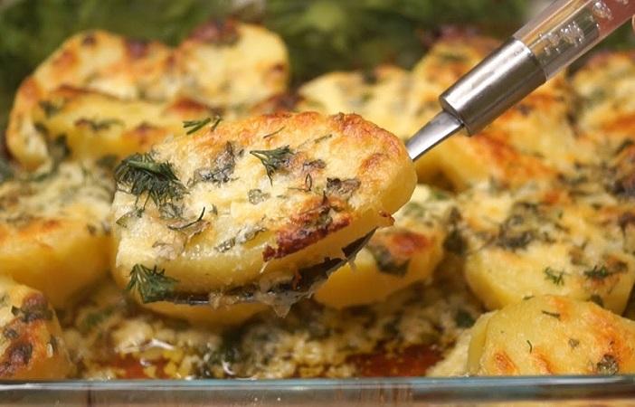 Картофель запеченый с ароматным чесноком