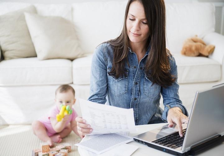 Как заработать в декрете на дому: обзор простых и прибыльных идей